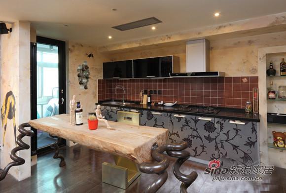 厨房和客厅全靠朋友设计的个性餐桌作为区分