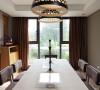 深棕色的餐椅与深色的镂花的吊灯遥相呼应,