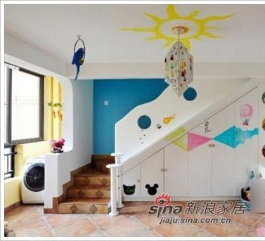 楼梯,墙面也画上了彩绘。