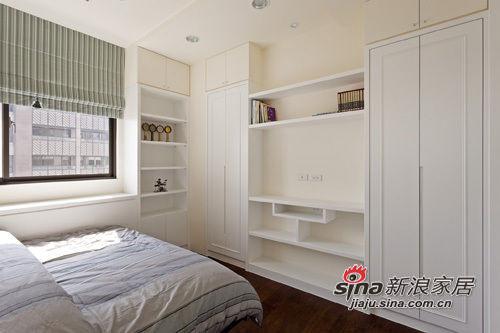 男孩房的床尾电视墙面与书房博古架为双面柜