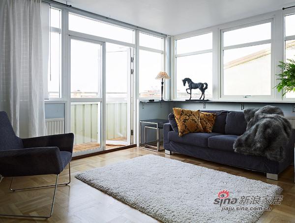出阳台处的精巧布置,地毯小椅大落地窗,还有窗上的小马