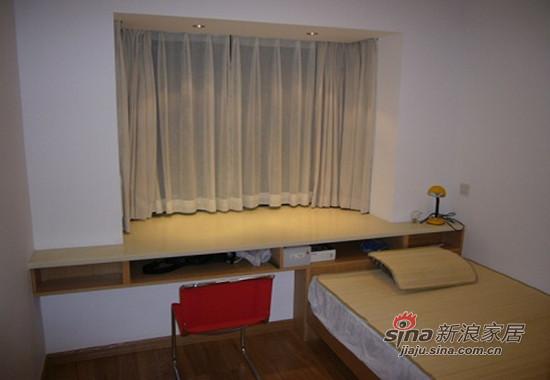 小房间,因为面积小所以利用飘窗做了张书台