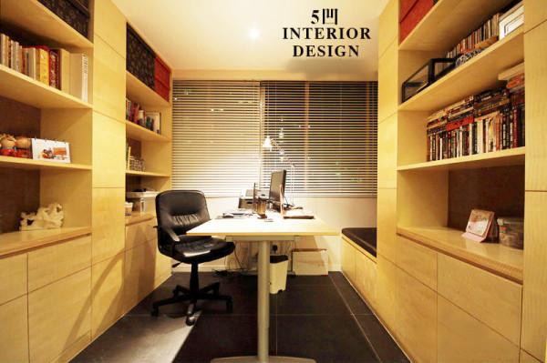 两边对称的书柜 将办公桌中置。不仅方便了阅读功能而且将工作带回家也可以点灯夜战了。