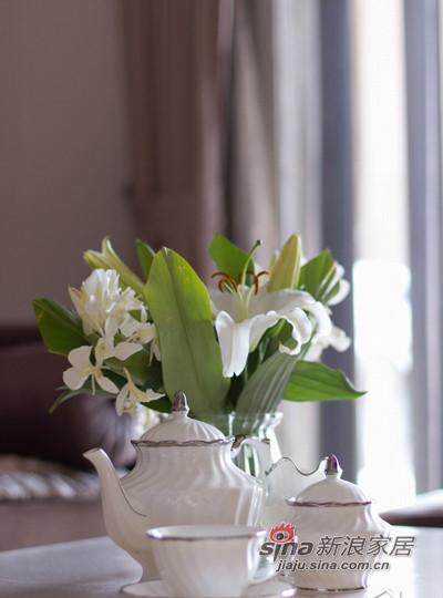 白色的陶瓷茶具,体现了主人的高雅品味。