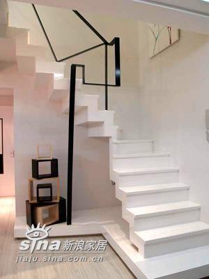 雪白的楼梯,几何扶手的设计很搭