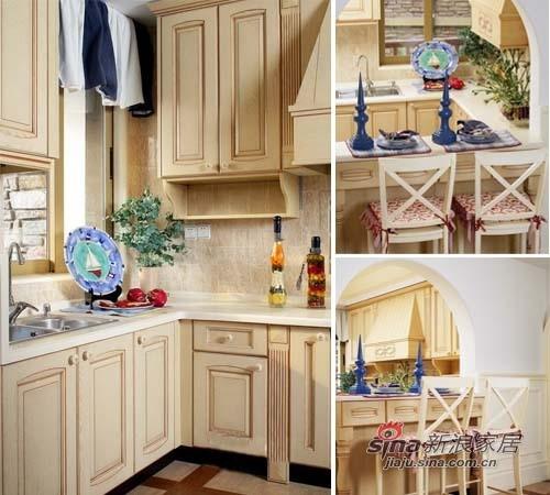 厨房是自然的实木橱柜,材质很好