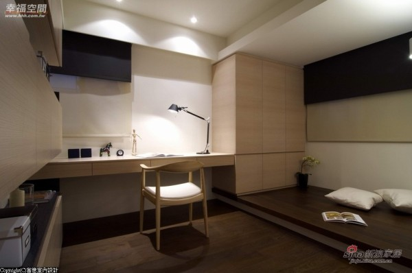 以橡木洗白木作搭构一系列厨柜及书桌