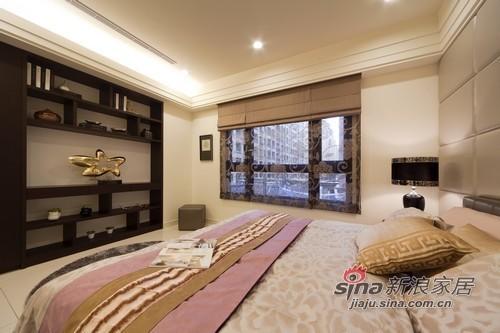 床腳處設計深色木作展示櫃,沈澱長輩房的沉