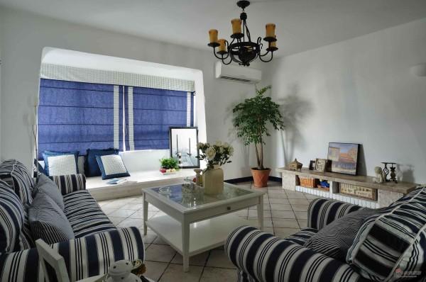 条纹式的主沙发,淡蓝的窗帘,简易的吊灯