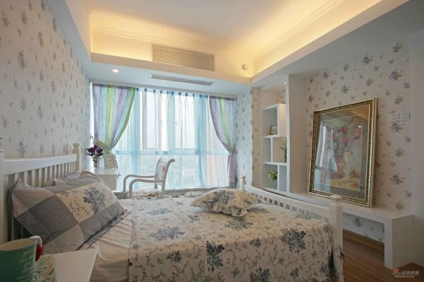 主卧,带点条纹的窗帘配花淡花床品