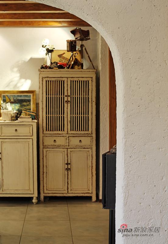 陈旧的白色家具柜