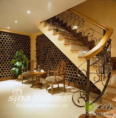 楼梯下面的空间被巧妙得改造成了一个酒柜
