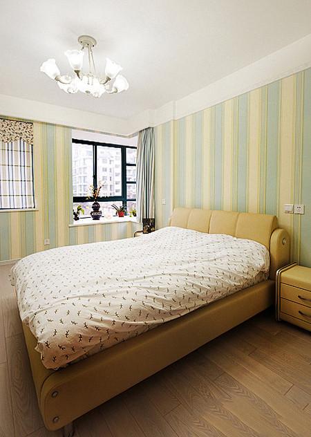 换个角度看卧室的一角。卧室铺贴的壁纸。