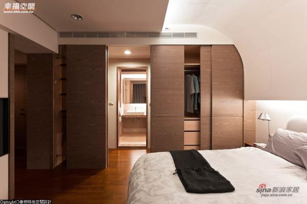 木作柜体将更衣室及卫浴空间藏身其中