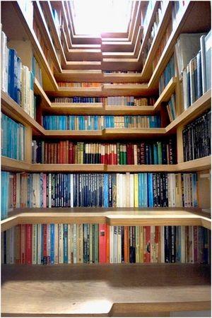 """这不是书店,也不是图书馆,这只是充分利用""""楼梯""""下面的空间,最中规中矩的书本空间。"""