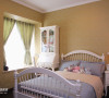 墙纸和床品、窗帘和白色家具相配不乏生气。