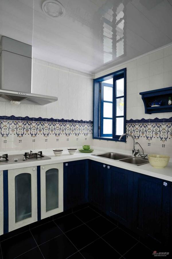 蓝色的主调,小花边的墙壁装饰,圆弧形的窗门设计