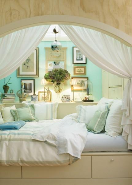 床的下面是抽屉,小憩的时候拉上帘子眯会儿眼,或者躺在靠枕上看本书。总觉得是适合白天休息或睡午觉的地方。