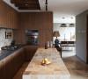 整个厨房呈狭长形,吊柜与地柜对称,加上中