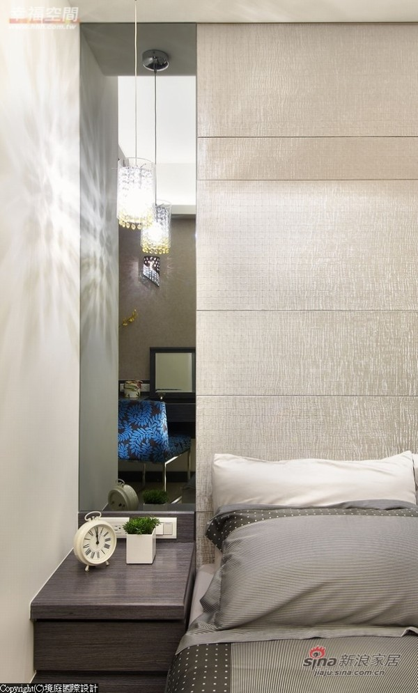 主卧床头主墙以进口壁布与茶镜配置吊灯灯饰