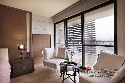 陽臺旁規劃一處休閒角落,擺放簡單舒適的桌