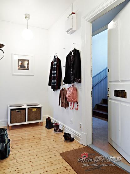 玄关的小挂衣架和鞋柜都是必不可少的