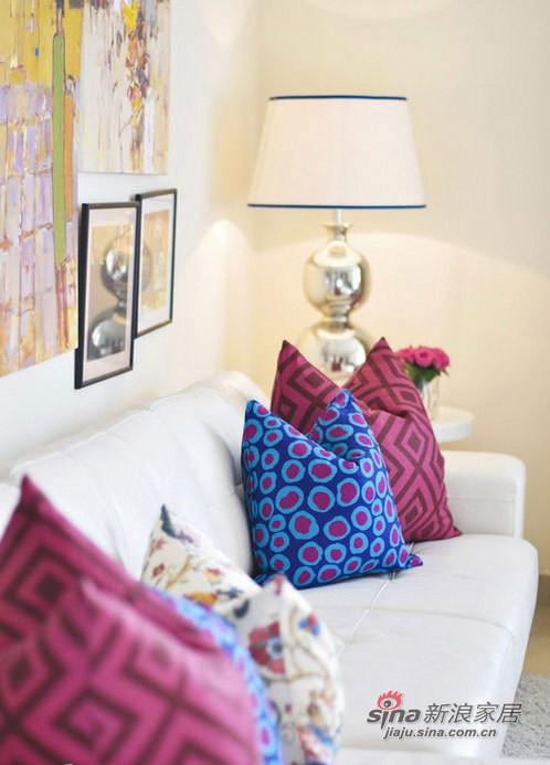 色彩缤纷的靠垫,弥补了单色沙发的单调感