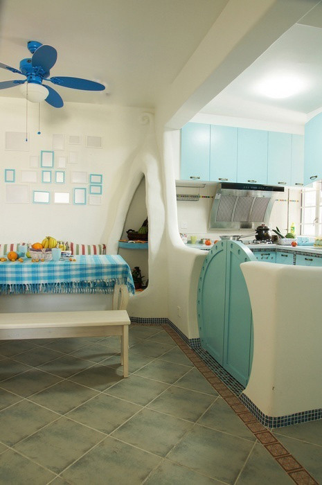 半开放式的厨房和餐厅