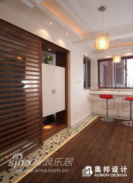 进厅和餐厅之间有一道顶梁