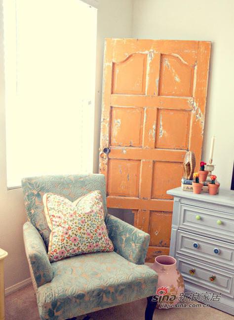窗前的单人休闲椅,靠墙的橘黄色装饰门,是