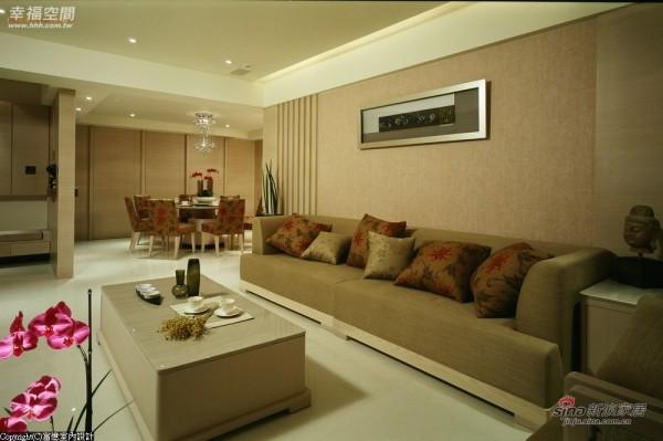 中国典雅的红色与绘图案的抱枕搭配布面沙发