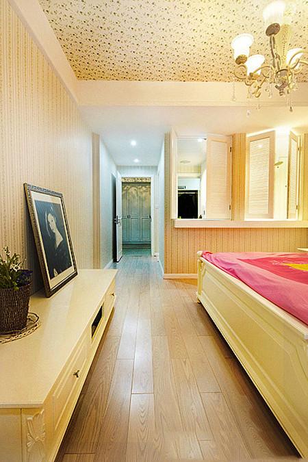 卧室的电视柜位置,电视背景墙铺贴的竖条壁纸。