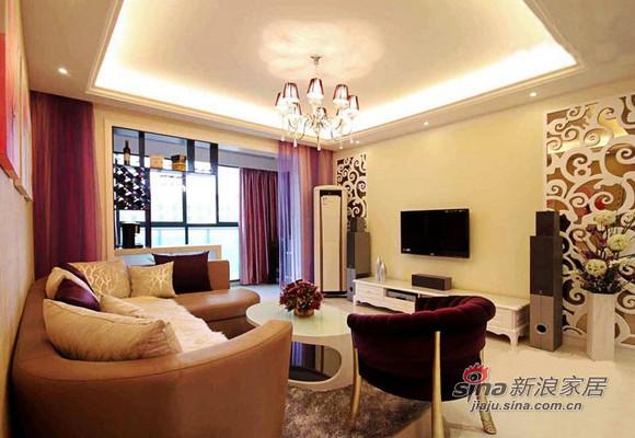 客厅欧式的设计的很大气,鹅黄的底色搭配,光线还有沙发的风格配合,整体感很强