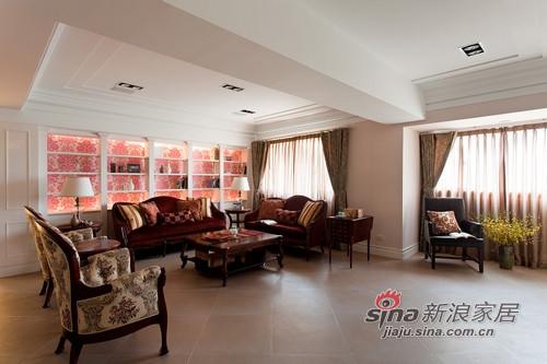 三組不同花色的英式沙發鋪排在客廳空間,相