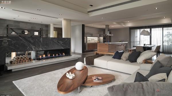 壁炉俐聚焦客厅主视觉搭配上移动式影音设备