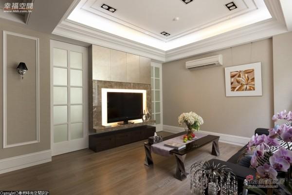 客厅电视墙原来是镂空造型改为大理石营造扎