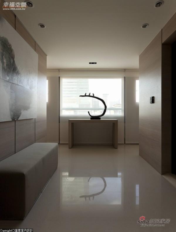 设计师利用薄纱窗帘及光线营造层次端景