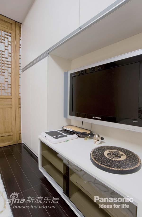 小空间就连电视机旁的收纳都不能放过