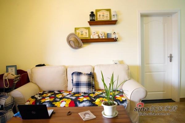 白色的布艺沙发与黑底繁花的坐垫相配