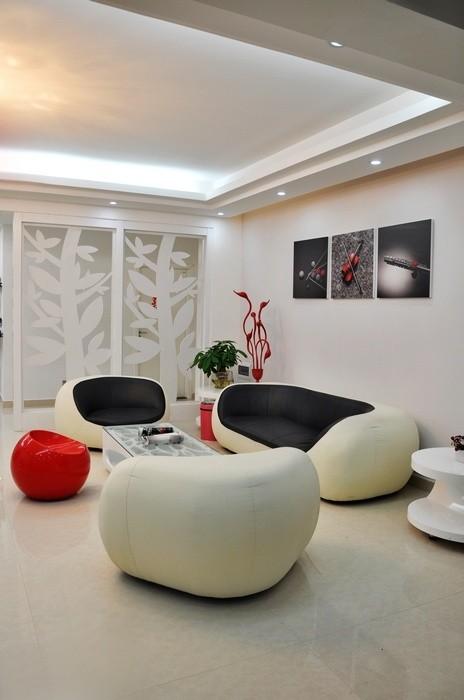 从客厅的窗口位置处看客厅的是沙发区位置的效果。沙发旁边的时尚天鹅落地灯。