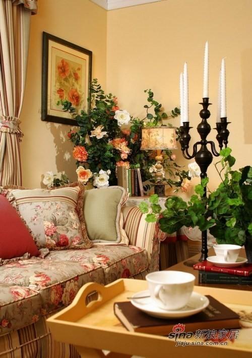 碎花的布艺沙发和绿色的植物相应
