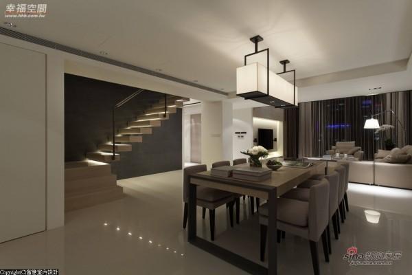 位移至餐厅处的楼梯改以光梯悬空设计