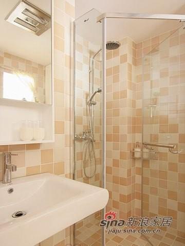 卫浴室的墙面用暖色的马赛克瓷砖铺成