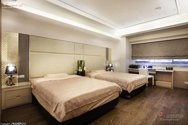 床头主墙运用金箔、皮革等材质妆点