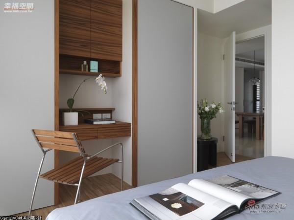 床尾加上灰色烤漆拉门,可以把书桌完全遮蔽