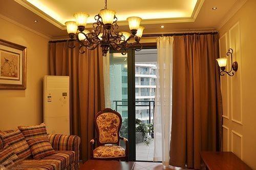 来看看客厅吧,窗帘也是定制的这种复古风格
