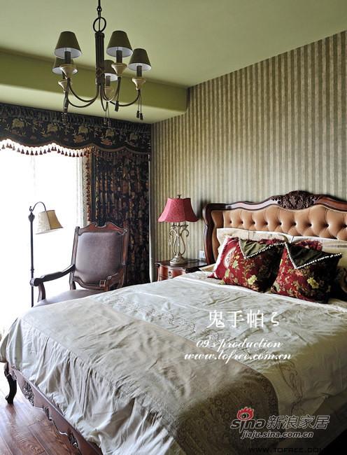 主卧,家具和墙纸都算灰色调,但由于对比反