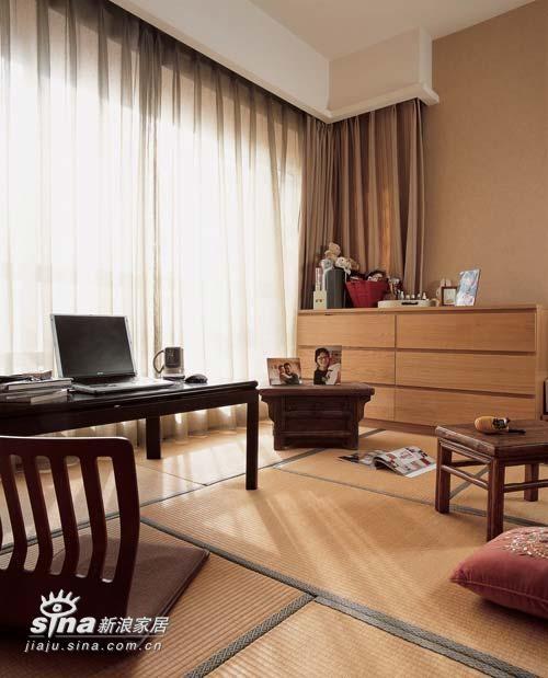 棕色的暖炉台是主卧内另一种日本特色的家具