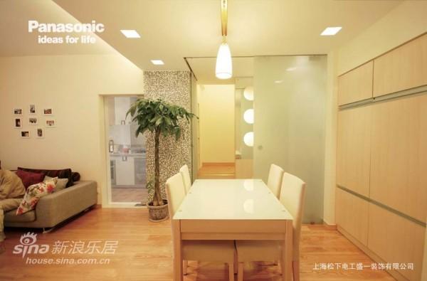 用餐时休闲室通过磨砂玻璃移门关闭