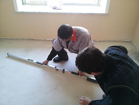 2、专业工程检测尺检查平整度,确保地板铺装平整。